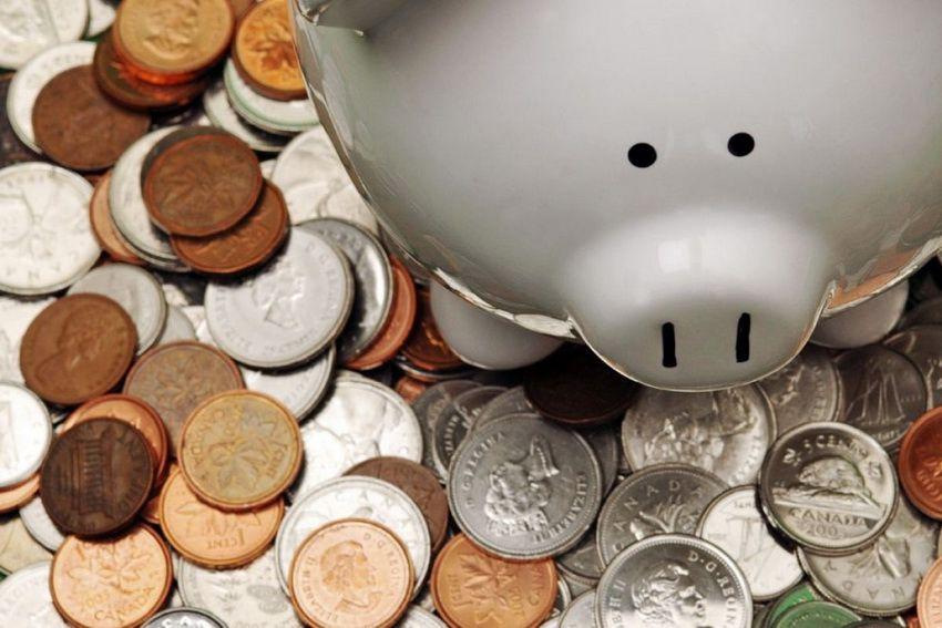 копилка и деньги - что ещё можно подарить работнику торговли