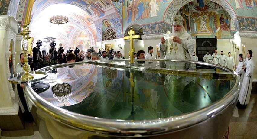 Освящение воды в купеле на Крещение Господне