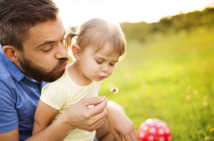 отец и дочь - когда день пап в России