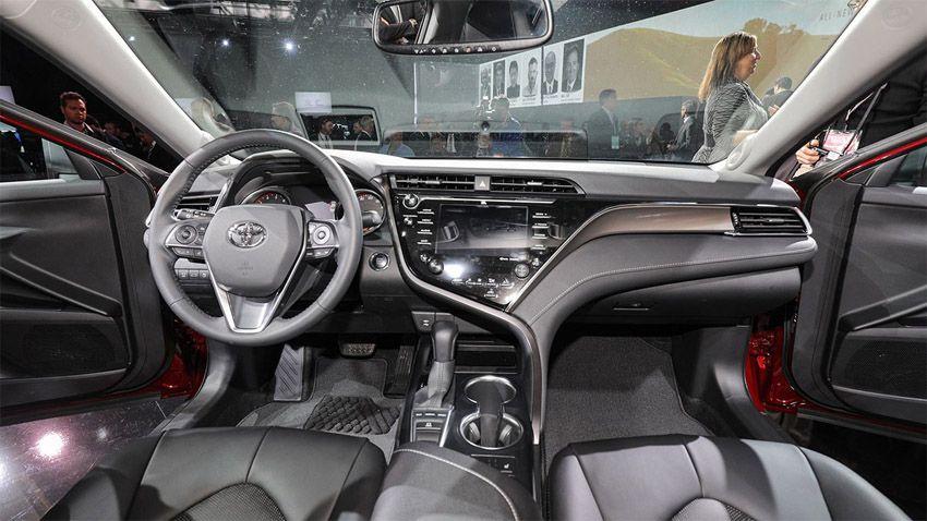 Новая Тойота Камри 2018 года - салон автомобиля
