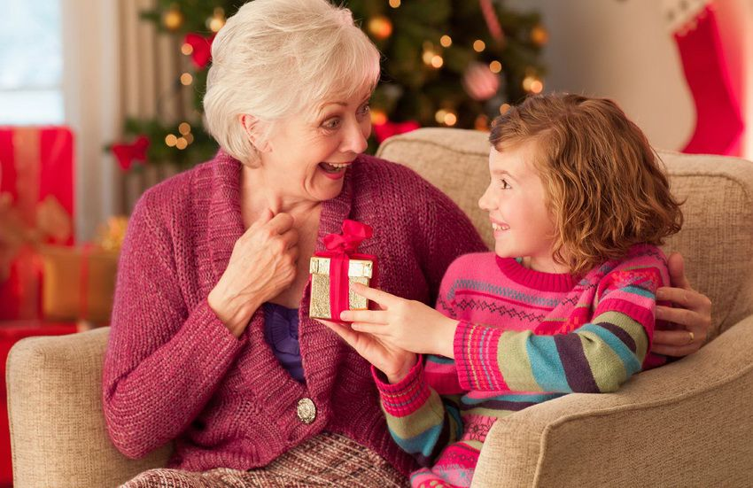 Что можно подарить бабушке на Новый год 2018?