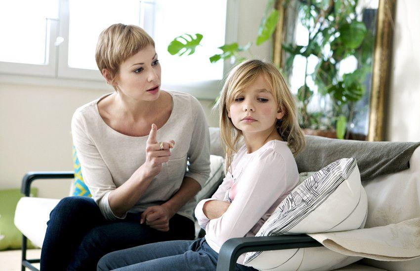 девочка не слушается маму