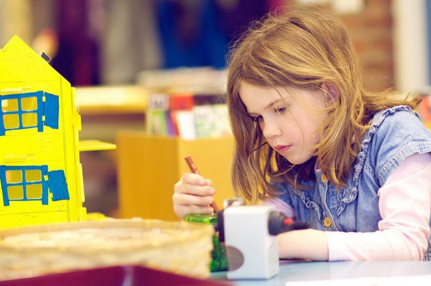 ребенок занимается творчеством - детский гороскоп на 2018 год для Скорпинов девочек и мальчиков