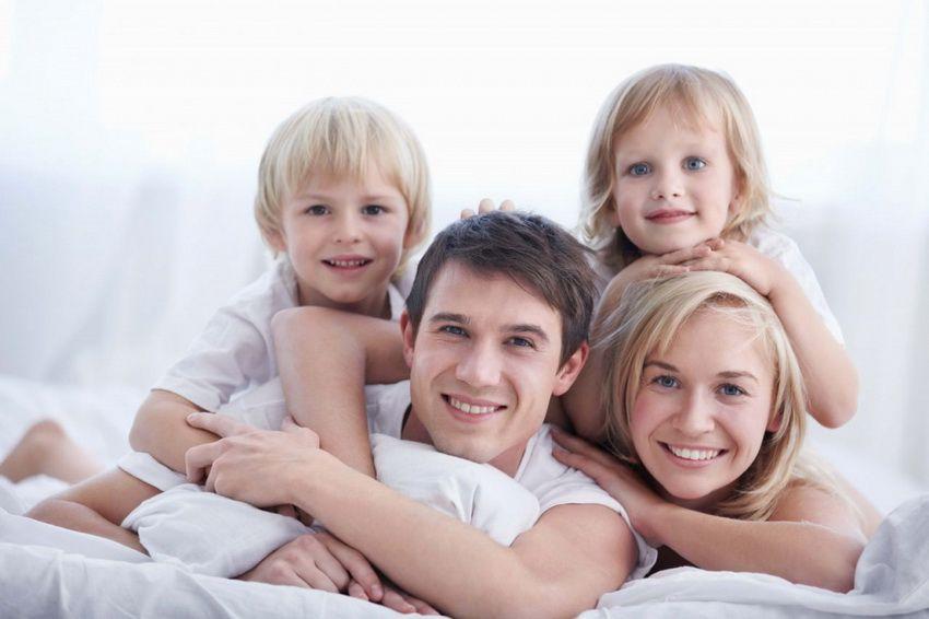 семья с двумя детьми - семейный гороскоп на 2018 год для Скорпионов