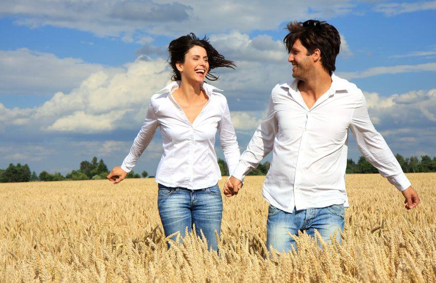 влюбленная пара бежит по полю
