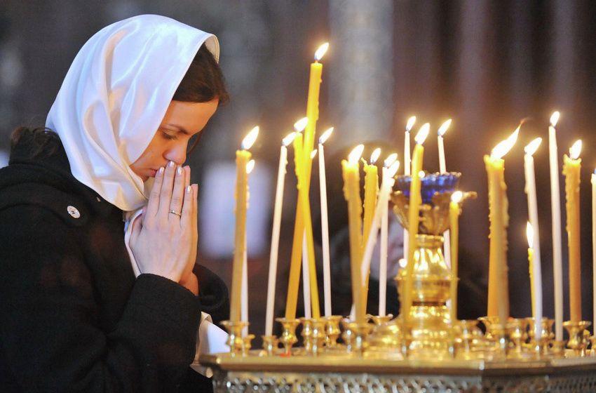 женщина молится в храме в Пост